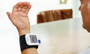 Постоянный самоконтроль: рейтинг лучших тонометров на запястье для пожилых людей в 2020 году