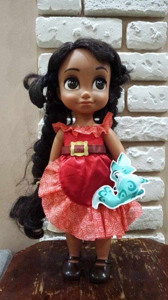 Очень качественная кукла, покупайте только если ваши девочки любят с ними играть)