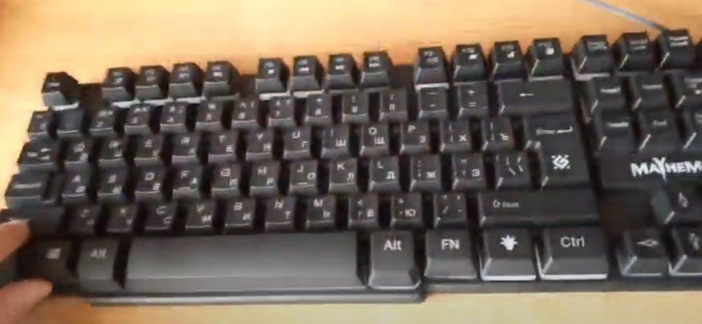 Удобная клавиатура с подсветкой, подходит как для работы, так и для игр.