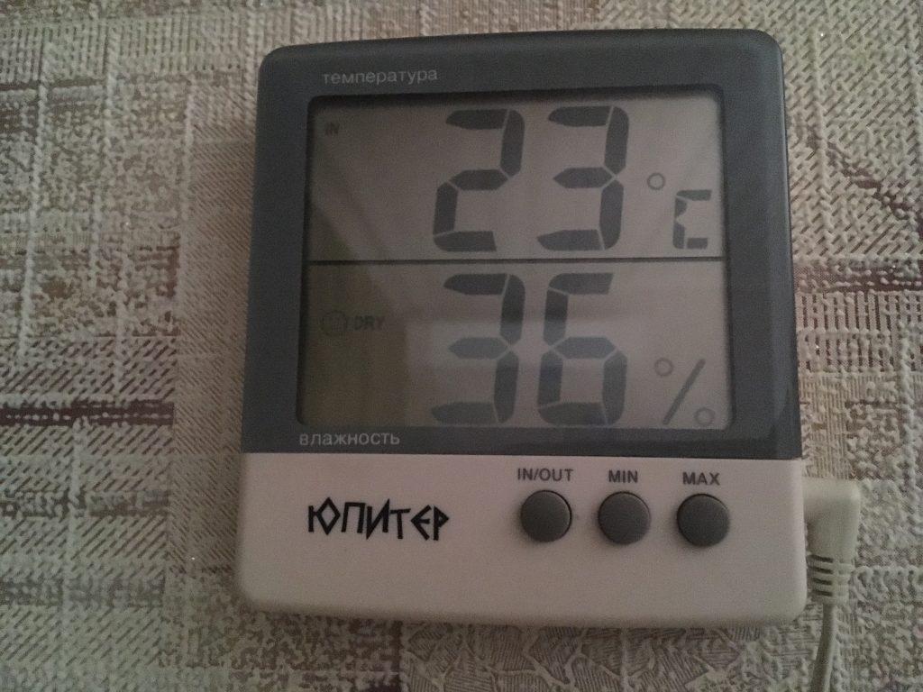 Удобный термометр: показывает температуру в комнате и на улице